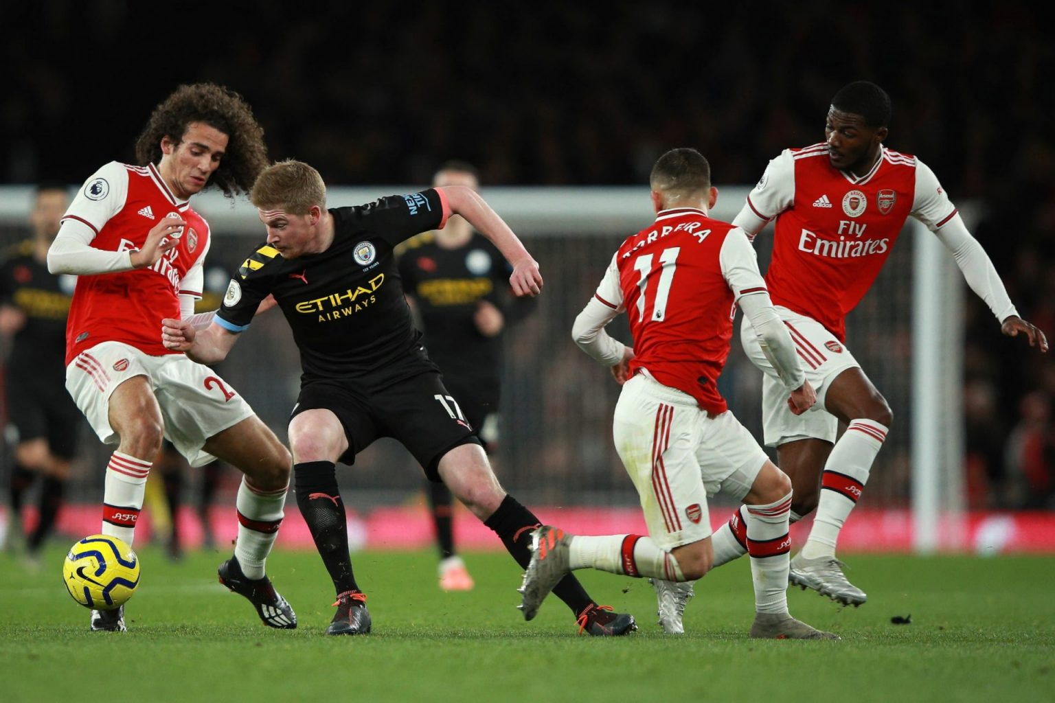 Kevin De Bruyne dazzling in the midst of 3 Arsenal players
